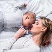 Ребенок спит вместе с мамой